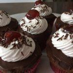 Cupcake type forêt noire et meringue suisse garni à la confiture de cerise