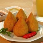 Coxinha (gâteau crémeux au blanc de poulet et herbes aromatiques)