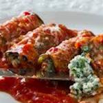 Aubergine rolée au crème d'epinards et ricotte, herbes aromtiques, fromage mozzarela, sauce tomate epicée