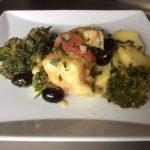 Bacalhoada Capixaba (Poisson Morue, pommes de terre, olives, légumes, brocolis, herbes aromatiques)
