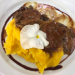 Biffe rollé com mandioquinha (Boeuf roulé sauce aux epices et créme au mandioc jaune)