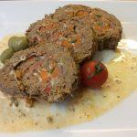 Boeuf farci olives, poivrons, poitrine de porc, carottes, herbes aromatiques