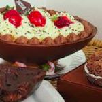 Oeuf de Pâques foure à la ganache au chocolat, noix de coco et fraises